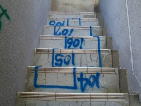 08 避難階段踏面の浮き