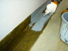 排水溝・巾木ウレタン塗膜防水の工程2