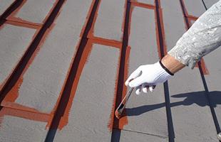 横葺き屋根の下端には錆止め・仕上げ共入念に刷毛入れを行います。(下塗り)