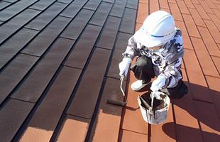 仕上げは弱溶剤系のシリコン樹脂塗料を2回塗りで仕上げます。(3回塗り)