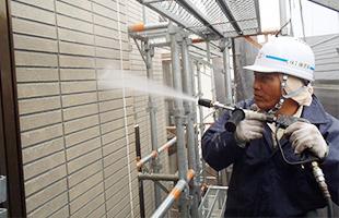 高圧洗浄で外壁・軒天の汚れ・浮いた塗膜などを除去します。