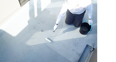 FRP防水層に密着強化のためウレタン塗膜防水のシーラーを塗布(下塗り)