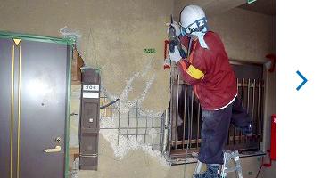 ③玄関扉枠廻り及び共用廊下雑壁の斫り(はつり)作業