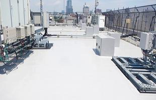 高層棟屋上塩ビシート機械固定工法 施工完了