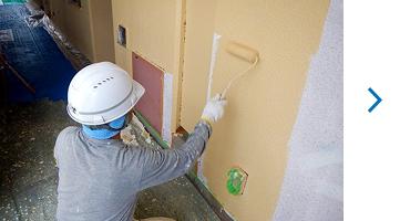 共用廊下外壁吹付けタイル 中塗り作業