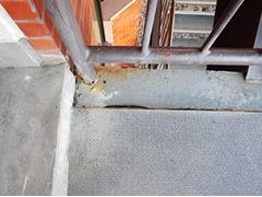 手摺格子支柱は腐食して穴が空いています。